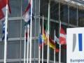 اليورو دولار يتراجع قبيل إجتماع المركزي الأوروبي