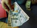 الدولار الامريكي يتداول عرضيا بدعم من البيانات الاقتصادية الضعيفة