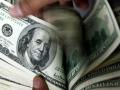 الدولار الامريكي يتراجع بدعم من التوترات التجارية